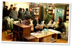 みんなで本を読んでいる写真